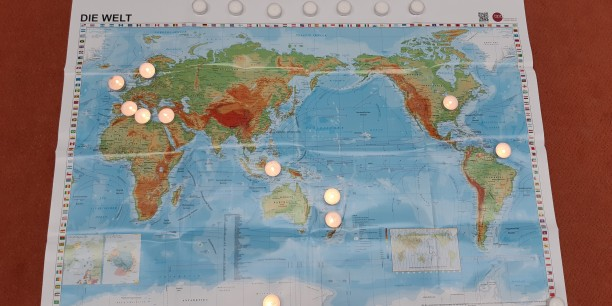 Beim Morgenimpuls wurde mit Teelichtern Inseln und Krisengebieten auf der ganzen Welt gedacht. Foto: © Sophie Leins