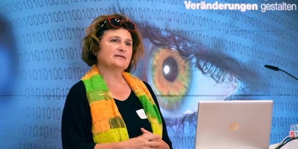 Prof. Johanna Haberer spricht zum Thema Macht und Ohnmacht in der digitalen Welt. Foto: © Diakonie Mitteldeutschland