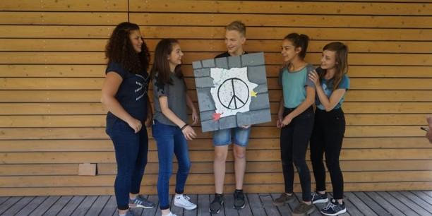 Stolz präsentieren die Jugendlichen am Nachmittag ihre Kunstwerke zum Thema Frieden. Foto: © Annika Schreiter/EAT