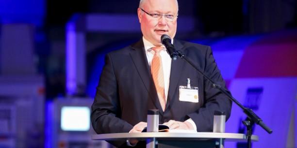 Friedhelm Wachs, stellvertretender Vorsitzender des AEU, moderierte den Empfang und betonte, dass die Unternehmer im AEU die Brücke zwischen Wirtschaft und Kirche sein wollen. Foto: © IFA-Gruppe
