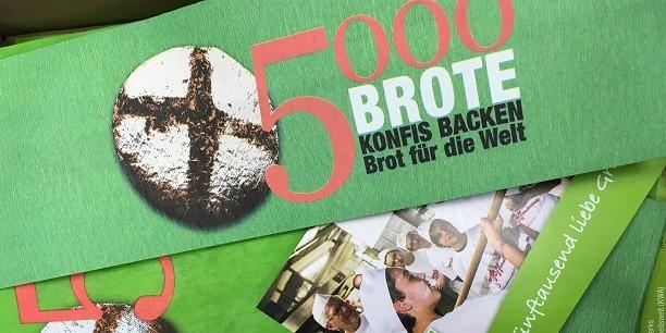 """Selbst knusprig frisches Brot backen, die Mühen des Handwerks wertschätzen lernen und über die biblischen Bezüge sprechen: Konfirmandenunterricht ganz praktisch bei der Aktion """"5000 Brote"""". Foto: © Holger Lemme/EAT."""
