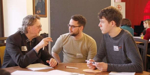 Wie wollen wir miteinander leben? - An runden Tischen sprachen die Teilnehmerinnen und Teilnehmer unter 24 Jahren und aus der Generation 60+ über Themen rund um den demografischen Wandel und die Zukunft der Gesellschaft. Foto: ©labconcepts