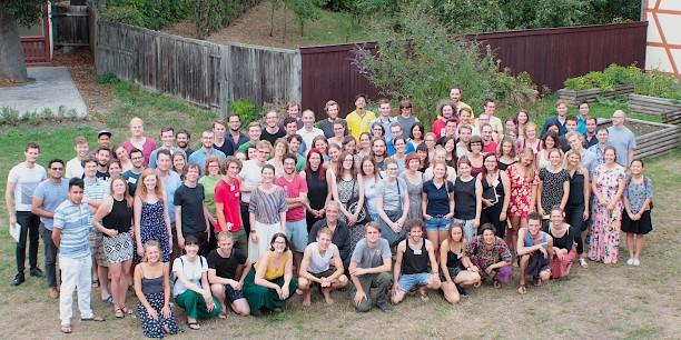 90 Teilnehmende und 23 Dozentinnen bzw. Dozenten aus 16 Ländern kamen in Neudietendorf zusammen, um über eine gerechte, ökologische und zukunftsfähige Wirtschaft nachzudenken. Foto: ©Lukas Böhm.