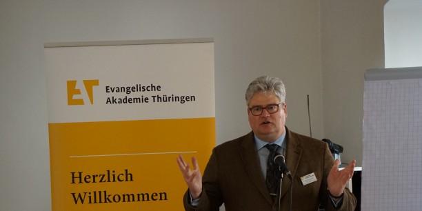 """Akademiedirektor Prof. Dr. Michael Haspel begrüßt die Teilnehmerinnen und Teilnehmer zur Tagung """"Evangelische Freikirchen im Nationalsozialismus"""". Foto: © Sebastian Tischer"""