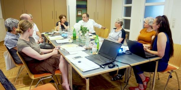 Das Team der Evangelischen Akademie Thüringen während einer Besprechung auf der diesjährigen Klausur. Foto: ©Désirée Reuther/ EAT