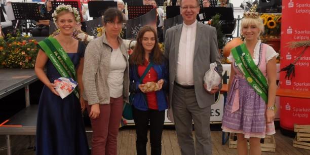 Propst Dr. Johann Schneider und Pfarrerin Christiane Schmidt stellten die Aktion mit den Konfis auf dem Sächsischen Landeserntedankfest in Torgau vor. Foto: (c) Holger Lemme