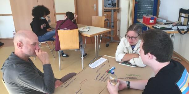 """Im """"World Café"""" der VeränderBAR sprachen die Teilnehmenden darüber, was sie derzeit mit Blick auf Klima, Bildung, Zusammenleben und Wirtschaft bewegt. Foto: © EAT"""