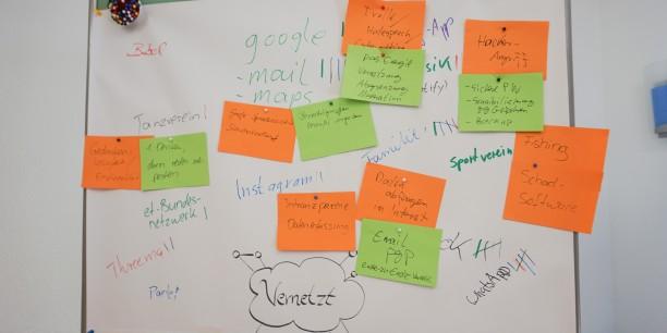 Vernetzt, verpetzt, verschlüsselt - Die Teilnehmenden sammelten zu Beginn ihre Erfahrungen mit Online-Diensten, Datensammlung und digitaler Selbstverteidigung. Foto: © EAT