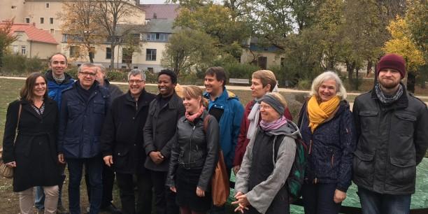 Gemeinsame Andacht der Kolleginnen und Kollegen aus Neudietendorf und Wittenberg vor der Glasarche im Luthergarten. Foto: ©EAT
