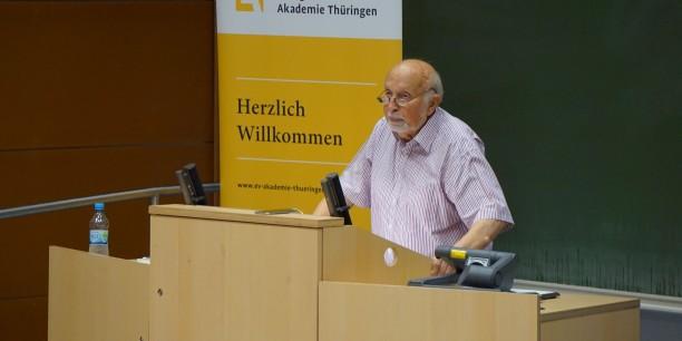 Prof. Halbfas spricht im Jenaer Hörsaal über das Christentum im Wandel - historisch und gegenwärtig. Foto: © EAT