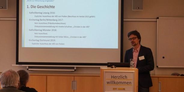 """Thorsten Moos beim Vortrag an der EAT während der Tagung """"Demokratie fragil"""" im März 2019. Foto: © EAT"""
