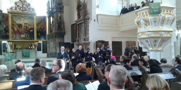 In festlicher Erwartung kurz vor dem Beginn des Gottesdiensts in der Herderkirche. Foto: © EAT