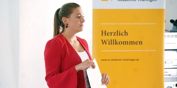 Carina Rüllich eröffnete die Vernissage im Rahmen ihres FSJ-Projektes im Zinzendorfhaus Neudietendorf. Foto: © Annekathrin Härter/ EAT