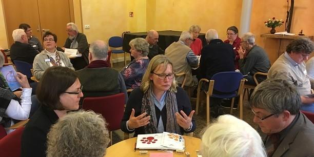 Beim World Café kommen die Tagungsgäste mit Vereinen und Initiativen ins Gespräch, die vielfältige Entfaltungsmöglichkeiten im Alter anbieten. Foto: © Holger Lemme/EAT