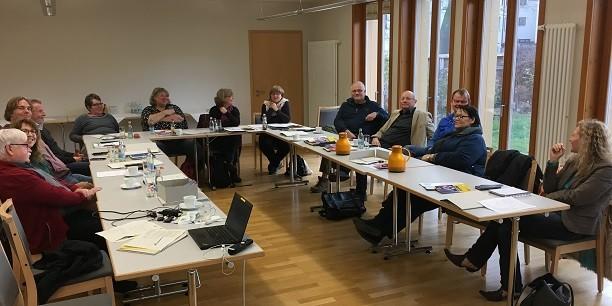 """16 Referentinnen und Sozialsekretäre des KDA aus allen Teilen Deutschlands kamen zum Herbsttreffen des Bundesausschusses """"Erwerbslosigkeit, Sozial- und Arbeitsmarktpolitik"""" nach Neudietendorf. Foto: © Holger Lemme/EAT"""