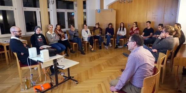 Die Teilnehmer*innen im Gespräch mit Politikwissenschaftler und Ethnologe Florian Eisheuer aus Berlin. Foto: ©Jan Grooten