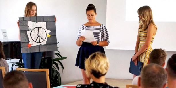 Schülerinnen des Ernestinum Gymnasiums aus Gotha stellten ihre verschiedenen Friedenswerke dem Publikum vor. Foto: © Annekathrin Härter/ EAT