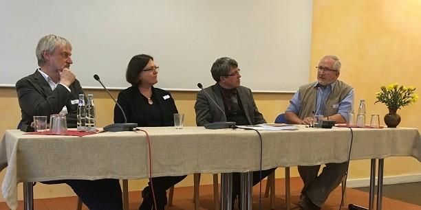 Prof. Dr. Klaus Künemund und Dr. Claudia Vogel im Gespräch mit den Tagungsgästen: Der Übergang in den Ruhestand ist ein einschneidendes Lebensereignis. Foto: © Holger Lemme/EAT
