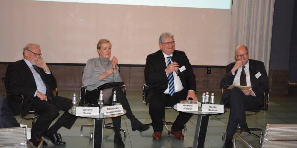 Foto: Abschlusspodium mit Gareth Evans, Constanze Stelzenmüller, Prof. Dr. Michael Haspel und Renke Brahms © Gunda von Fircks