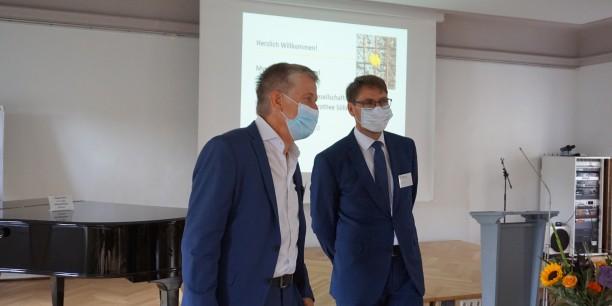 Die beiden Akademiedirektoren Sebastian Kranich (Neudietendorf) und Christoph Maier (Wittenberg) begrüßen die Tagungsgäste. Foto: © EAT