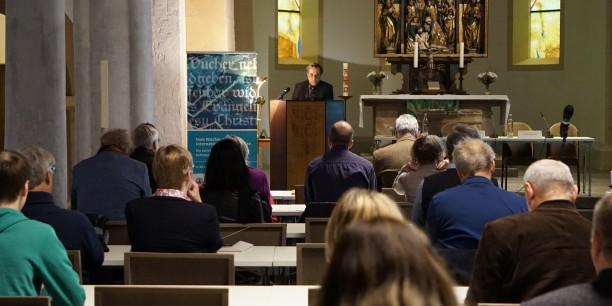 """Prof. Dr. Joachim Bauer bei seinem öffentlichen Festvortrag zur Tagung """"Vom Wucher zur internationalen Finanzkrise"""" in der Nikolaikirche Eisenach. Foto © EAT"""