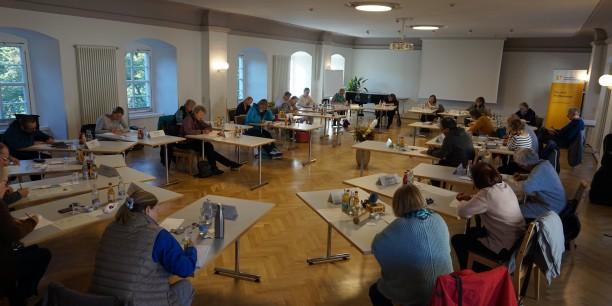 Im Chorsaal des Zinzendorfhauses fand vom 2. bis 4. Oktober zum ersten Mal die Ost-West-Schreibwerkstatt statt. Foto: © EAT