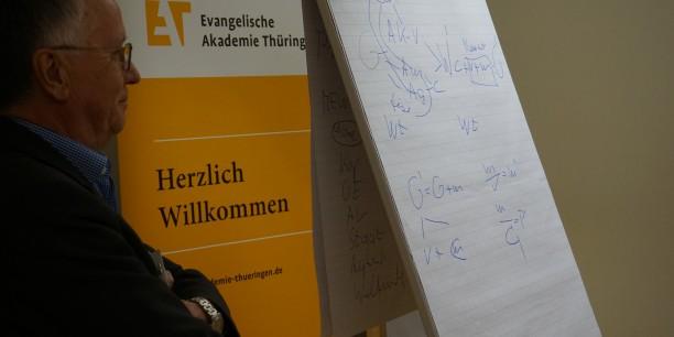 Mit Skizzen, Formeln und Zitaten veranschaulichte Prof. Dr. Ehrenfried Galander den Teilnehmenden komplexe Teile Marx' Theorie. © EAT, Foto: Sebastian Tischer