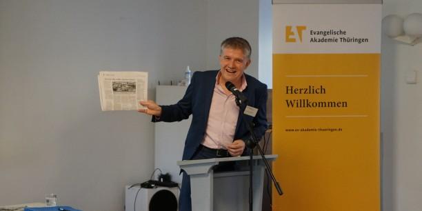 """Dr. Sebastian Kranich zeigt die Jubiläums-Ausgabe von """"Glaube und Heimat"""". Foto: © EAT"""