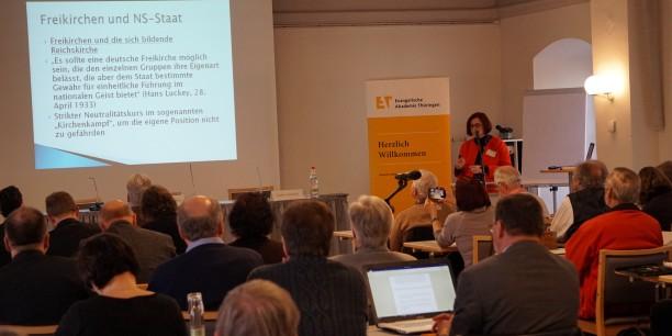 Prof. Dr. Andrea Strübind, baptistische Theologin und Professorin für Kirchengeschichte, hielt den Einführungsvortrag zur Tagung. Foto: © Sebastian Tischer