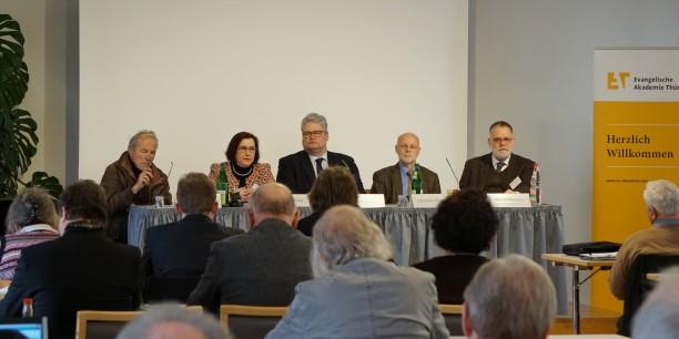 Dr. Herbert Strahm, Prof. Dr. Andrea Strübind, Prof. Dr. Michael Haspel (Moderation), Dr. Johannes Hartlapp und Prof. Dr. Klaus Fitschen auf dem Abschlusspodium zur Tagung. Foto: © Maria Dreißigacker