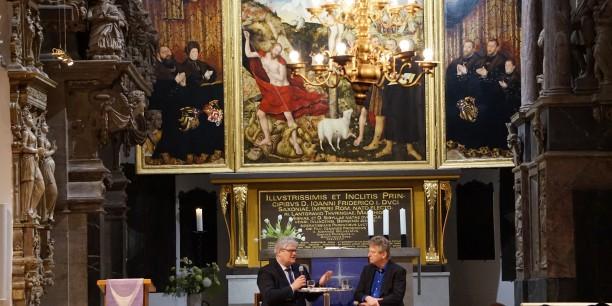 Vor der Kulisse des imposanten Cranachaltars der Herderkirche Weimar sprachen Prof. Dr. Michael Haspel (Ev. Akademie Thüringen) und Prof. Dr. Reinhold Bernhardt (Universität Basel) über das christliche Bild des Islam. Foto: © Sebastian Tischer.