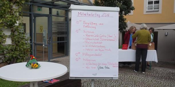 Im Garten des Zinzendorfhauses erwartete die Mitarbeitenden ein buntes Programm rund um das Thema Nachhaltigkeit im Alltag. Foto: © Wuttke/EAT