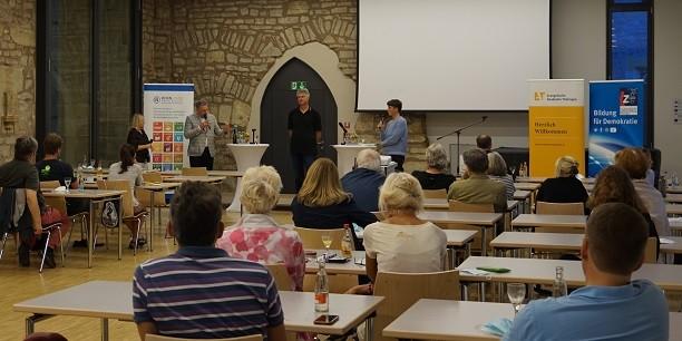 An der Diskussion zu Recycling und Kreislaufwirtschaft beteiligen sich etliche der gut 30 Interessierten, die für den Augustinerdiskurs ins Augustinerkloster gekommen sind. Foto: © Leni Kästner/EAT
