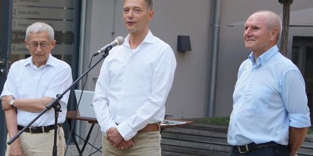 Reinhard Hild (Mitte) eröffnet das Sommerfest des Freundeskreises. Neben ihm gehören auch Ernst Herrbach (links) und Konrad Rinke (rechts) zum Vorstand des Freundeskreises. Foto: ©Désirée Frahnow