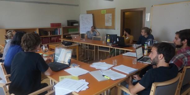 Sie diskutieren in neun parallelen Workshops, die von insgesamt 24 Dozent*innen geleitet werden, über Themen wie feministische Ökonomik, Postwachstum oder  post-keynesianische Ökonomik. © Anton Möller