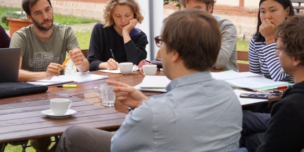 Die intensive Arbeit in Kleingruppen mit erfahrenen Dozent/innen erweist sich als sehr produktiv. ©Janina Urban