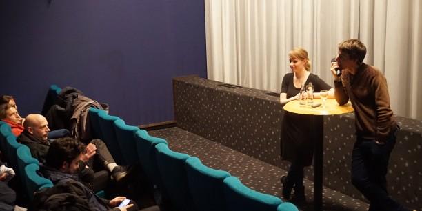 """Annika Schreiter, Studienleiterin für Politische Jugendbildung und Regisseur Jakob Preuss im Gespräch mit dem Publikum im Eisenacher Kino """"Capitol"""". Foto: ©Jan Grooten/EAT"""