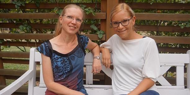 Neue Kolleginnen in ihrer ersten Arbeitswoche in der Evangelischen Akademie: Sabine Zubarik (li) und Tina Schweizer (re). Foto: ©Carina Rüllich/EAT