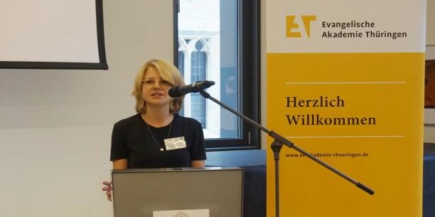 Charlotte Theile aus Zürich fragte, ob das Grundeinkommen eine Chance sei, auf die sich aktuell vollziehenden Veränderungen der Arbeitswelt zu reagieren. Foto: ©Leni Kästner/EAT