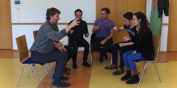 """""""Das Familienessen"""" ist eine der beiden Theaterszenen, die die Teilnehmenden im Seminar beispielhaft entwickelten. Foto: ©EAT"""