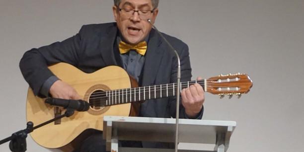 """Friedrich Kramer, Direktor der Ev. Akademie Sachsen-Anhalt, erinnerte in seinem musikalischen Grußwort an den Barbara-Tag am 4. Dezember: """"Das Blühen ist nicht mehr fern - darauf freuen wir uns!"""" Foto: © EAT"""