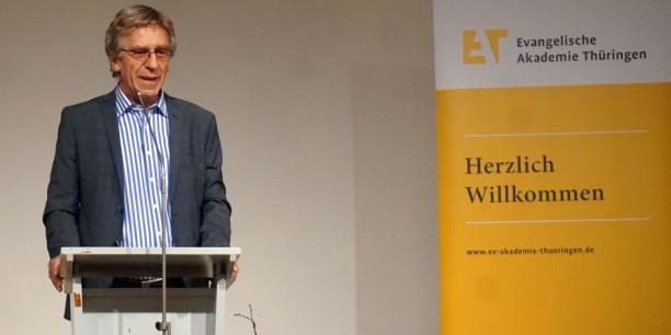 """Dr. habil. Klaus Holz, Generalseretär der Ev. Akademien in Deutschland, freute sich über die """"neue Stimme aus Neudietendorf"""" und wünschte sich Kontinuität im guten Verhältnis von Dachverband und Thüringer Akademie. Foto: © EAT"""