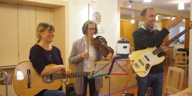 Beim gemeinsamen Singen gab es hervorragende musikalische Begleitung. Foto: © EAT