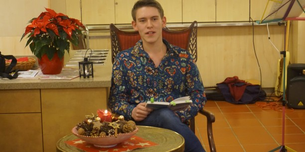 Julius Reich (FSJ der EAT) liest Paul Maars Geschichte vom doppelten Weihnachtsmann. Foto: © EAT