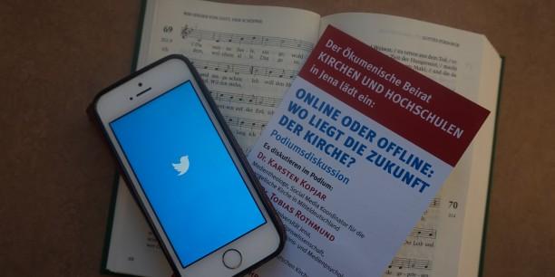 Twitter oder gedrucktes Wort - Wo liegt die Zukunft der Kirche? Und muss man sich da überhaupt entscheiden? Foto: © EAT