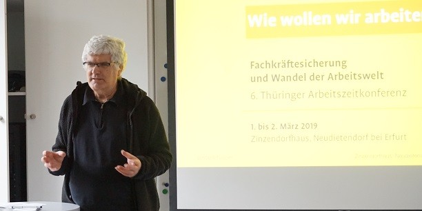 Prof. Dr. Christian Scholz sensibilisiert auf der 6. Thüringer Arbeitszeitkonferenz für die Vorstellungen der Generation Z. Foto: (c) Sabine Zubarik/EAT.