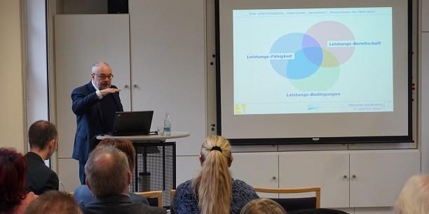 Dr. Detlef Horn-Wagner erläutert die Grundlagen von Motivation und Bindung - wichtige Komponenten guter Arbeitsbedingungen, die zur Fachkräftesicherung beitragen können. Foto: (c) Claudia Wohlbür/EAT.