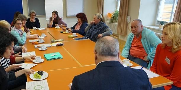 Rund 40 Teilnehmende diskutieren auf der 6. Thüringer Arbeitszeitkonferenz über Arbeitszeiten, Betriebsklima und die Notwendigkeit klarer Rahmenbedingungen für gute Arbeit. Foto: (c) Claudia Wohlbür/EAT.