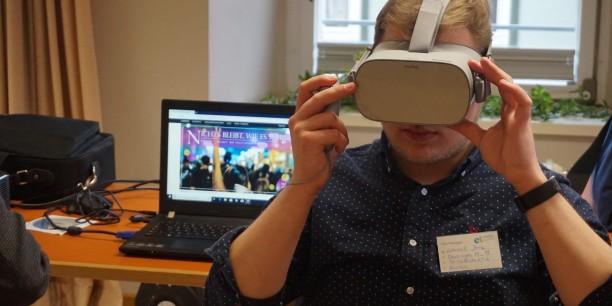 """""""Politik vor Augen"""" - VR-Brillen können als Methode politischer Bildung ausprobiert werden. Foto: © EAT"""