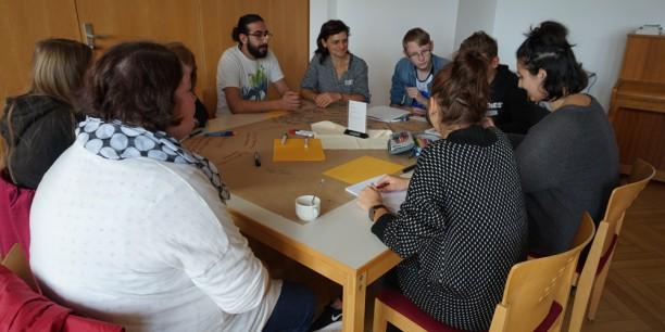 Adam Alazawe und Angelika Heller (Mitte) sprachen mit Schülerinnen und Schülern der Oststadtschule Eisenach über Flucht aus Syrien. Foto: © EAT